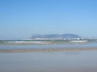 Blick auf Gibraltar vom Strand in Algeciras