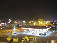Tankstelle bei Nacht mit McDonalds