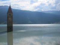 Kirchturm im Lago di Resia