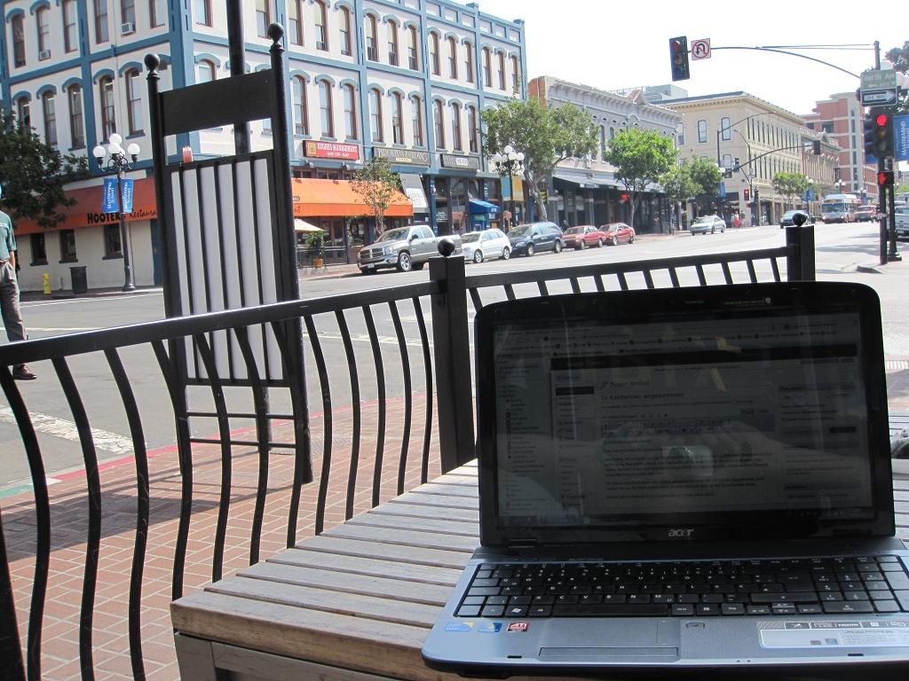 Artikel in San Diego downtown schreiben beim Starbucks